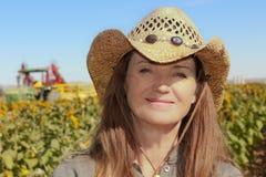 Eine Dame Farmer in einem Sonnenblumenfeld Lizenzfreie Stockbilder