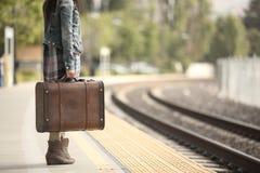 Eine Dame mit einem Koffer Lizenzfreies Stockfoto