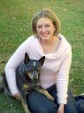 Eine Dame und ihr Hund lizenzfreie stockfotos