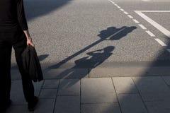Eine Dame wartet auf die Ampel Stockfoto