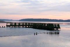 Eine defekte Sonnenuntergangbrücke und eine schöne Landschaft Stockfoto