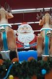 Eine Dekoration von Santa Claus auf einem Pferdeschlitten, der seine Rene reitet Lizenzfreie Stockbilder