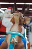 Eine Dekoration von Santa Claus auf einem Pferdeschlitten, der seine Rene reitet Lizenzfreies Stockbild