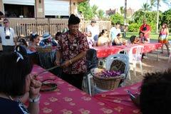 Eine Demonstration der Herstellung von traditionellen hawaiischen Leu stockbild