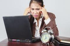 Eine deprimierte asiatische Geschäftsfrau Stockbilder