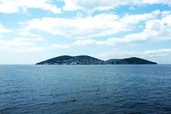 Eine der Istanbul-Inseln unter dem bewölkten Himmel Lizenzfreie Stockfotografie