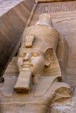 Eine der Statuen von Ramses II an den ausgezeichneten Ruinen des großen Tempels von Ramses II bei Abu Simbel in Ägypten Stockbild