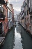 Eine der Straßen von Venedig. Lizenzfreies Stockfoto