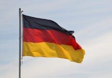 Eine deutsche Flagge, die im Wind durchbrennt Stockfotografie