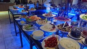 Eine dienende Vielzahl der Stange von Salaten stockbilder