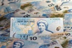 Eine Dollarmünze, die zwei ikonenhafte Neuseeland-Symbole - der Kiwivogel und die Blätter des silbernen Farns kennzeichnet Stockfotografie