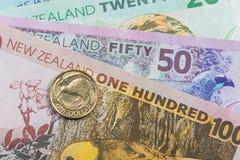 Eine Dollarmünze, die zwei ikonenhafte Neuseeland-Symbole - der Kiwivogel und die Blätter des silbernen Farns kennzeichnet Stockfotos