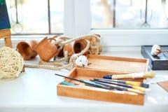 Eine Draufsicht der Gegenstände für das Zeichnen Bürsten, Farben in einem Kasten für Materialien auf einem weißen Hintergrund Kun Lizenzfreie Stockfotos