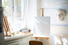 Eine Draufsicht der Gegenstände für das Zeichnen Helles Bild auf dem Segeltuch lokalisiert auf einem weißen Hintergrund Weiße Sch Lizenzfreie Stockfotos