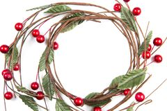 Eine Draufsicht der Weihnachtsverzierung: ein Kranz mit Blättern und Re lizenzfreie stockfotos