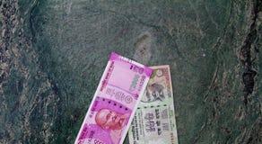Eine Draufsicht des neuen Devisenwechsels 2000 Rs zusammen mit einer Rechnung Rs 100 Der neue Devisenwechsel wurde nach Entmoneti Lizenzfreie Stockfotos