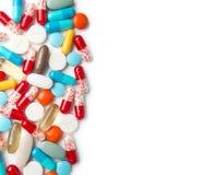 Eine Draufsicht eines Haufens der bunter Medizinpillen und -kapseln auf weißer Oberfläche Stockbilder