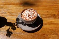 Eine Draufsicht eines Tasse Kaffees auf einem dunklen Holztischhintergrund Ein süßer Cappuccino mit Eibischen Kopieren Sie Platz lizenzfreie stockbilder