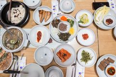 Eine Draufsicht von koreanischen Tellern während der Abendessenzeit stockfotografie