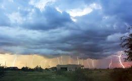 Eine Dusche des Blitzes über einer Nachbarschaft Stockfoto