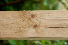 Eine eben hölzerne Planke des Schnittes mit Sprüngen und Knoten Lizenzfreie Stockfotos