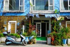 eine Ecke des blauen Hauses stockfoto