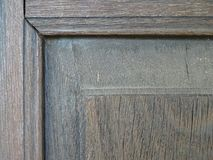Eine Ecke des braunen Fensterrahmens gemacht vom Holz lizenzfreie stockfotos