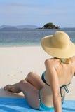 Eine ein Sonnenbad nehmende Frau lizenzfreie stockfotografie