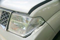 Eine Einbuchtung auf der linken Front eines Kleintransporters (Schaden vom Abbruch) Lizenzfreie Stockfotos