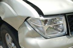 Eine Einbuchtung auf der rechten Front eines Kleintransporters (Schaden vom Abbruch) Stockfotos