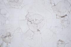 Eine Einbuchtung von einem Schlag Gebrochene Wand stockfotografie