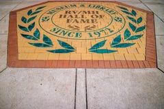 Eine Eingangsstraße, die zum RV-/MHhall of fame-Museum geht lizenzfreies stockfoto