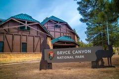 Eine Eingangsstra?e, die zu Bryce Canyon National Park, Utah geht stockfoto