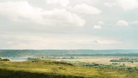 Eine einsame Bank auf einem Hügel mit einer entfernten Ansicht Stockbild