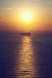 Eine einsame Insel, Felsen auf dem Meer bei Sonnenuntergang Stockbild
