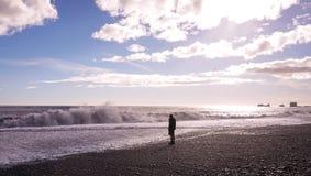 Eine einsame Mannstellung am Strand lizenzfreie stockfotografie
