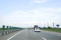 Eine Einwegbahn, Autos fahren entlang die Straße Lizenzfreie Stockbilder
