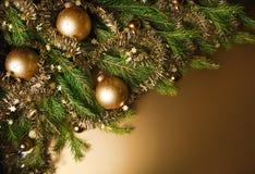 Eine Einzelheit eines Weihnachtsbaums mit Dekorationen. Stockbild
