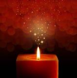 Eine einzelne brennende rote Kerze lizenzfreies stockfoto