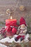 Eine einzelne brennende rote Kerze Stockbild