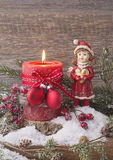 Eine einzelne brennende rote Kerze Lizenzfreie Stockfotos