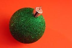 Eine einzelne grüne Weihnachtsverzierung lizenzfreies stockbild