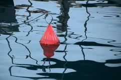 Eine einzelne rote Boots-Boje stockfotos