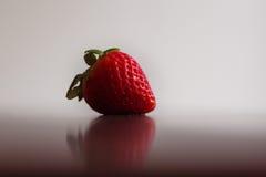 Eine einzelne, rote, organische Erdbeere Lizenzfreie Stockfotos