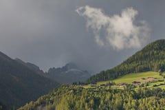 Eine einzelne weiße Wolke lizenzfreies stockbild