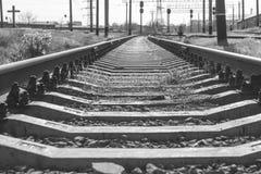 Eine Eisenbahn, die in den Abstand einsteigt lizenzfreie stockbilder