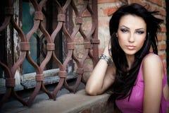 Eine elegante reizvolle schöne junge Frau stockfotos