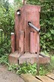 Eine elektrische Pumpe des Wassers mit einem Schalter für pumpendes Wasser vom Untergrund und das Gießen in Schiff puted auf hölz Lizenzfreies Stockbild