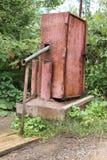 Eine elektrische Pumpe des Wassers mit einem Verschluss für pumpendes Wasser vom Untergrund und das Gießen in Schiff puted auf hö Stockfotografie