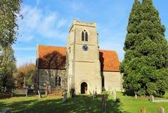 Eine englische Dorf-Kirche und ein Kontrollturm Stockbild